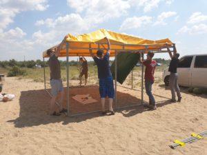 Ребята разбивают палатку на побережье Азовского моря